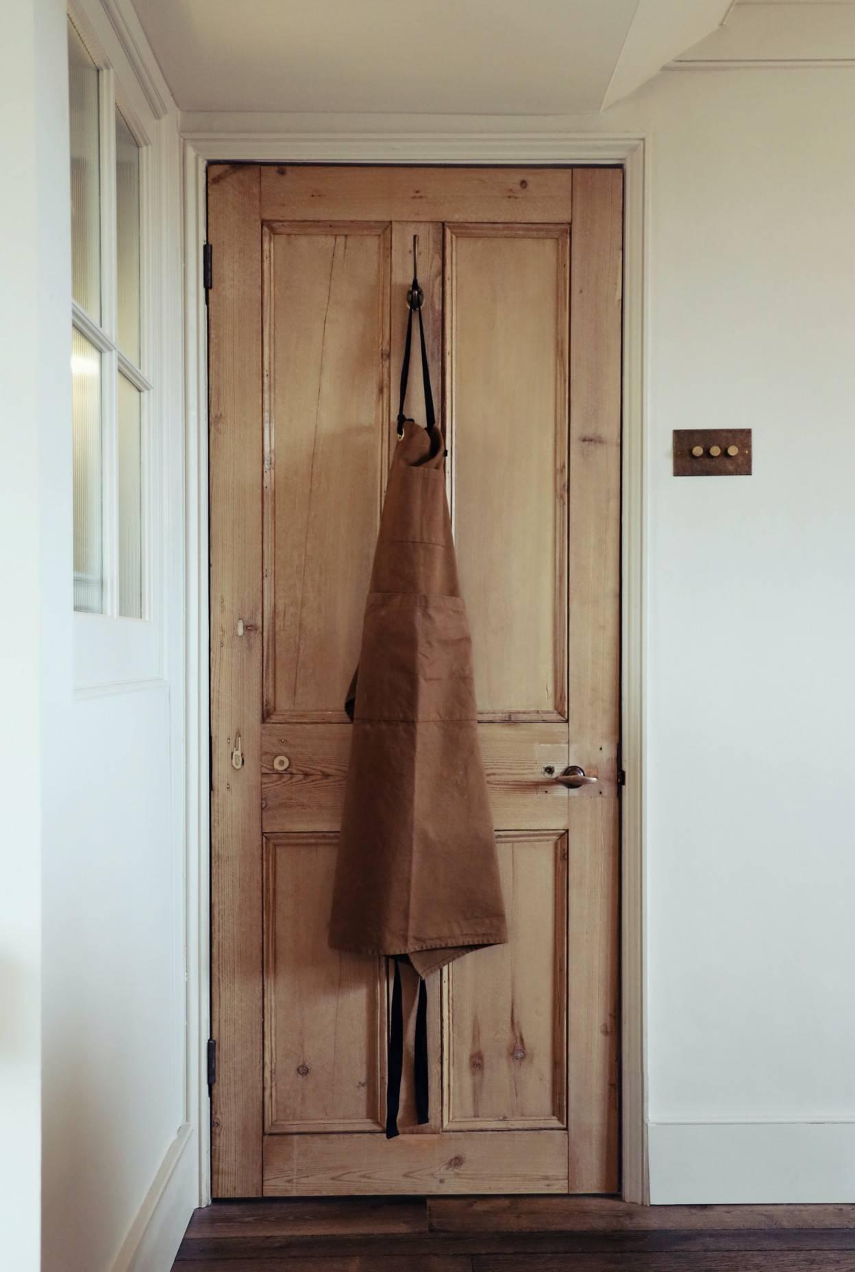 Porte en bois vitrifiée