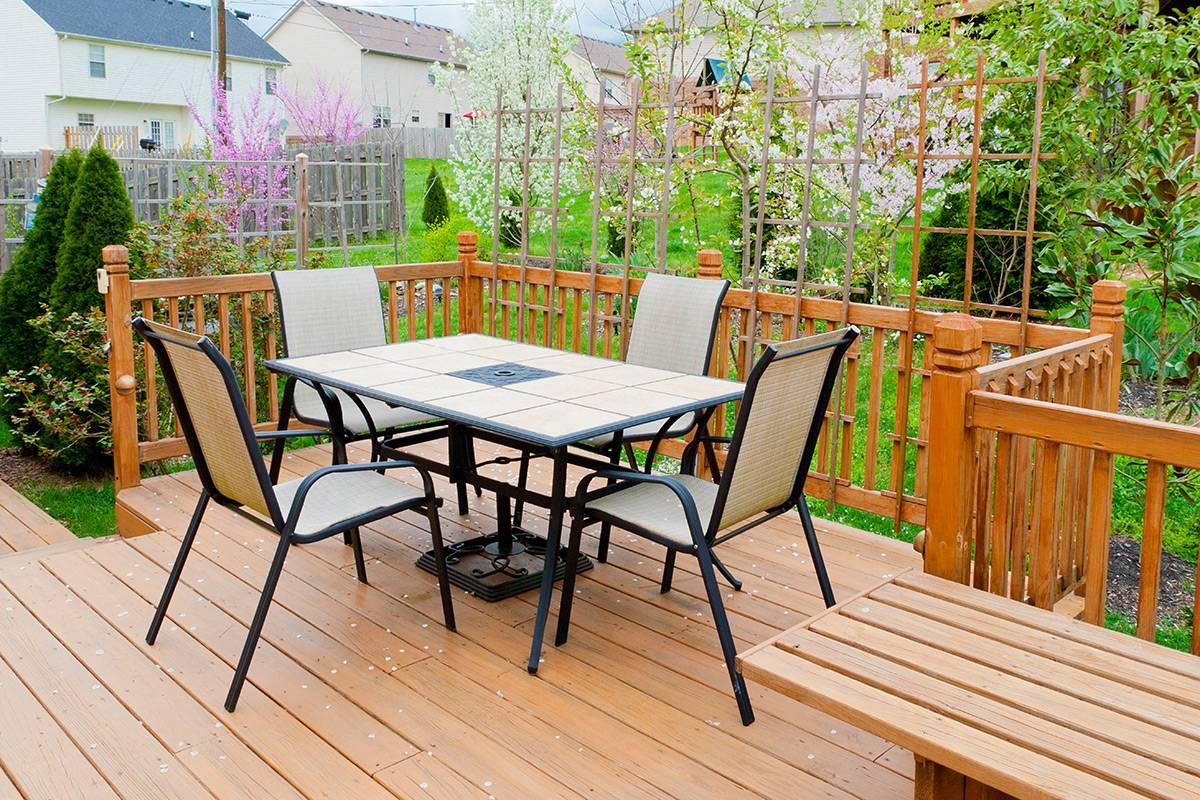 Saturateur bois extérieur sur terrasse et rambarde