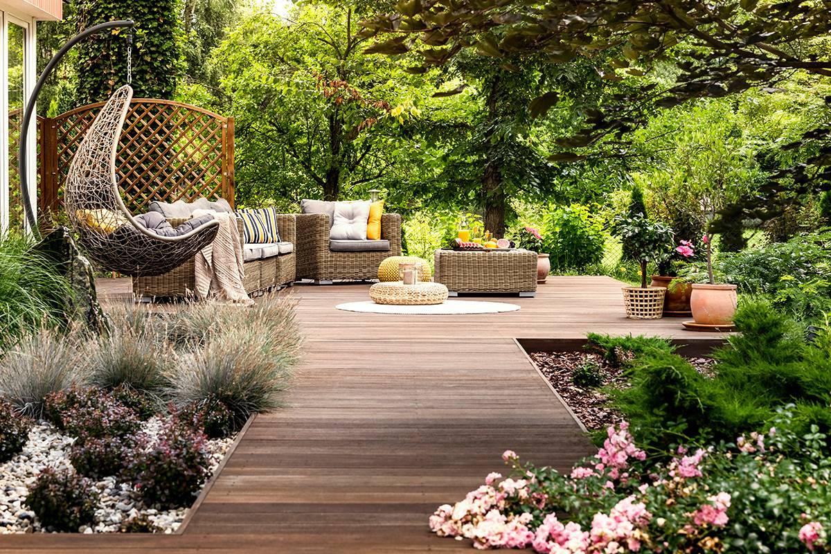 Saturateur bois extérieur terrasse en bois exotique avec mobilier de jardin Le Terrier Blanc